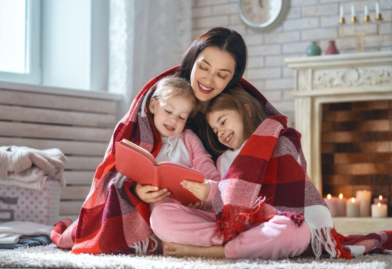 matka czytająca książkę córkom