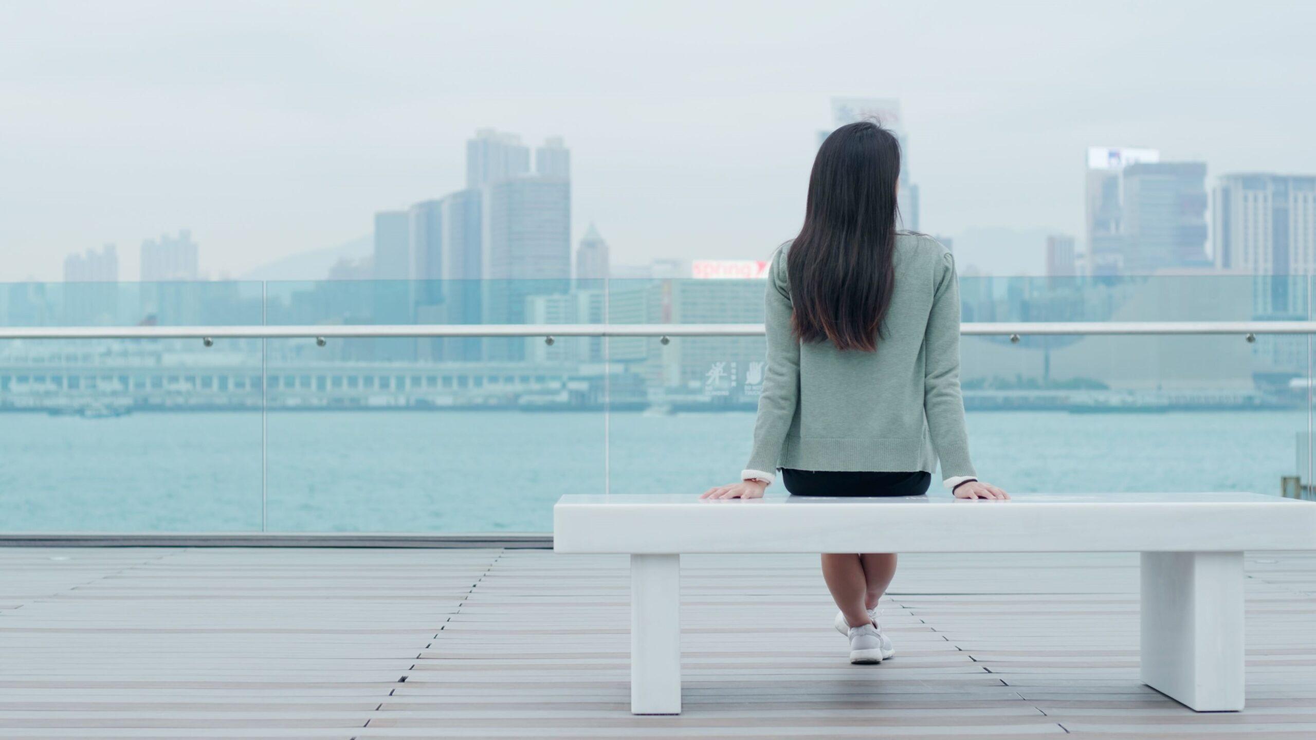 Siedząca kobieta na ławce